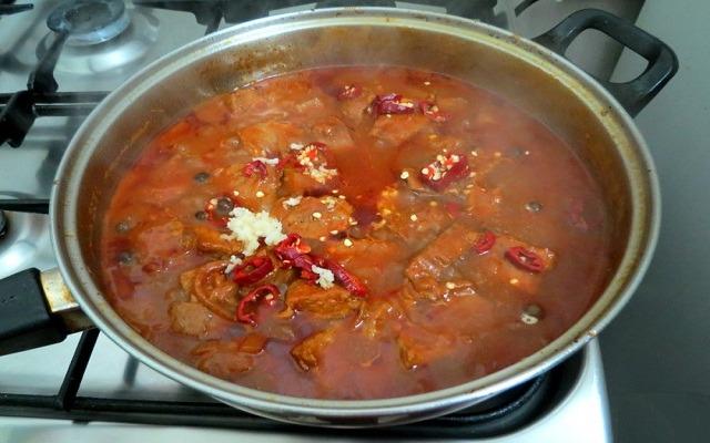 добавить перец, чеснок, тмин, соль