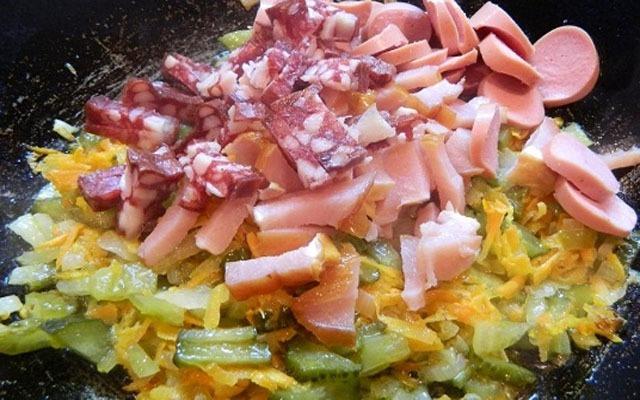отправить нарезанные колбасу с сосисками