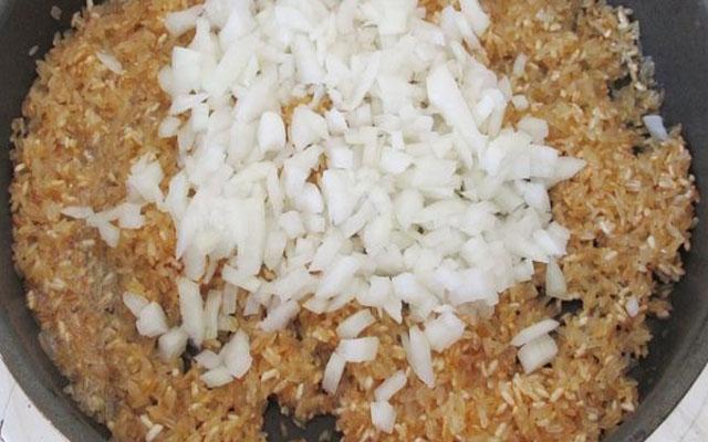 добавить нарезанный лук