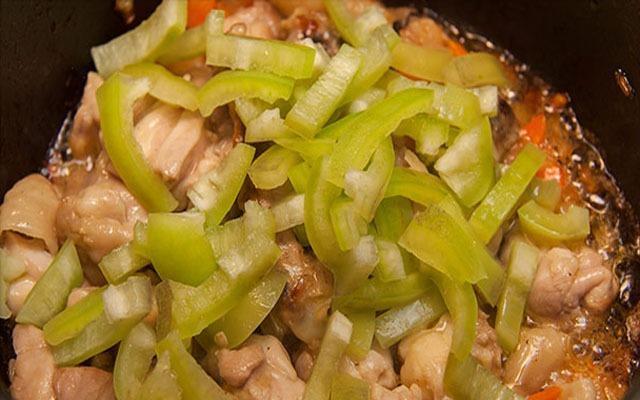 Добавить нарезанный перец к курице