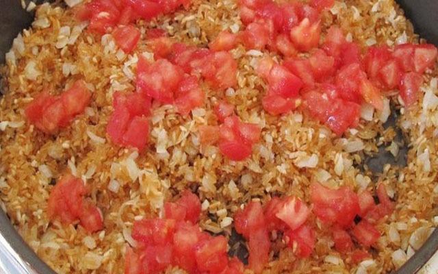 выложить в сковороду кусочки помидор