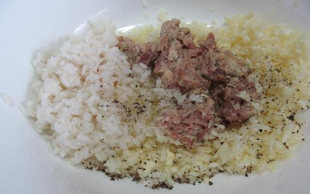 отварить рис, измельчить капусту с луком, смешать с фаршем