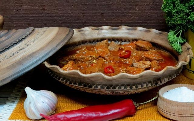 гуляш из говядины с томатной подливой