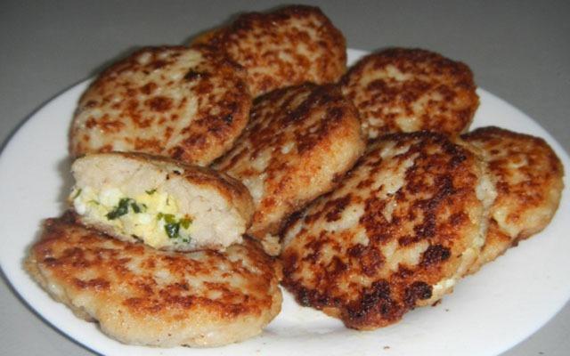 Куриные котлеты с начинкой из сыра с яйцом.
