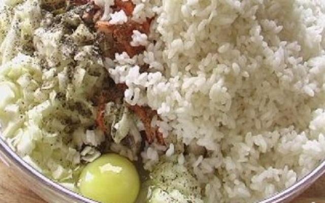 добавить рис, яйцо, посолить, поперчить