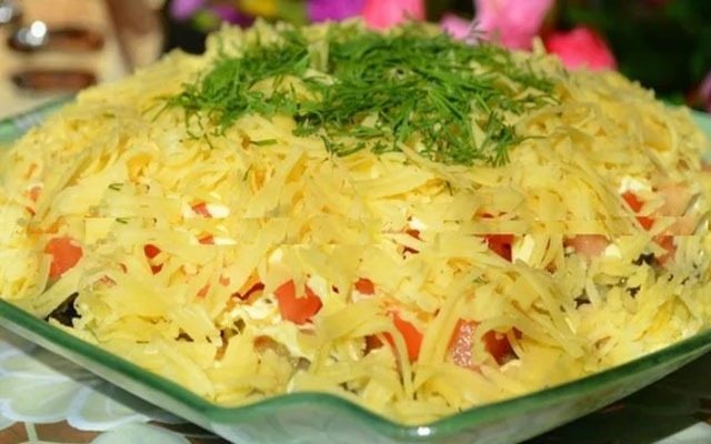Салат с помидором, курицей и сыром.
