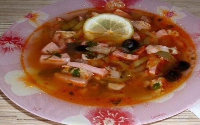 Простой рецепт солянки с мясом и колбасой.