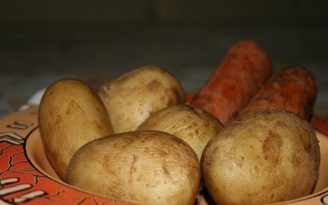 В большую кастрюлю выложить вымытую свёклу, картофель, морковь