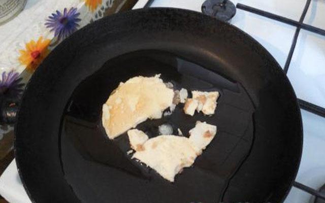 Влить в сковороду подсолнечное масло