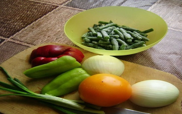 Овощи помыть, нуждающиеся почистить
