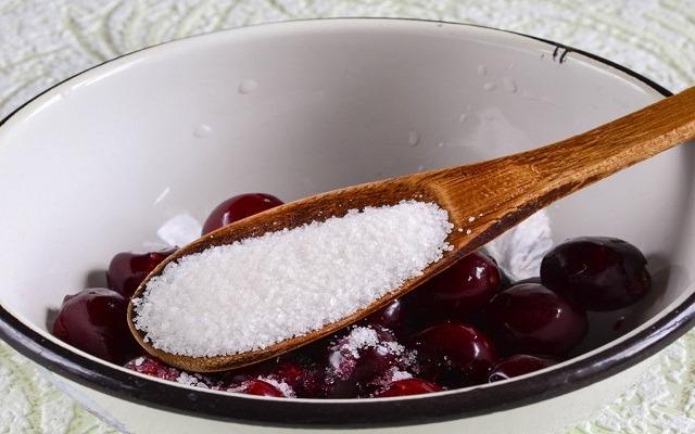засыпать ягоды сахаром