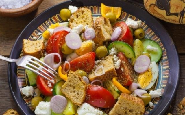 греческий салат с сухариками