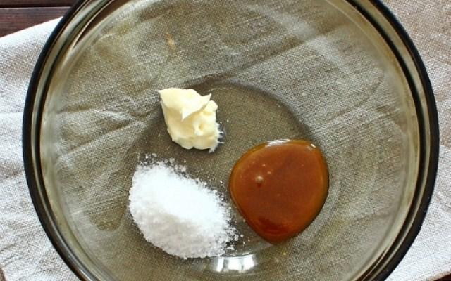 соединить мед, масло и соль с водой