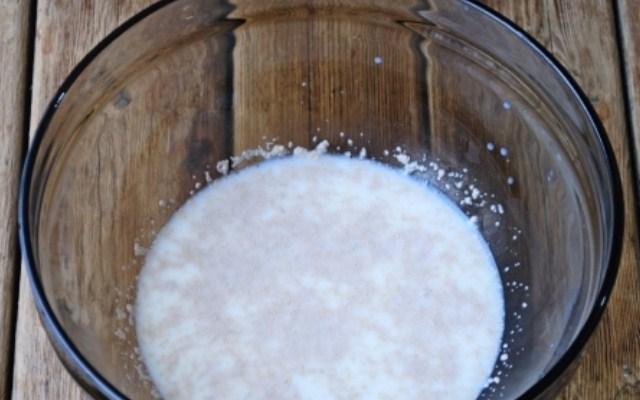 в молоке растворить сахар и дрожжи