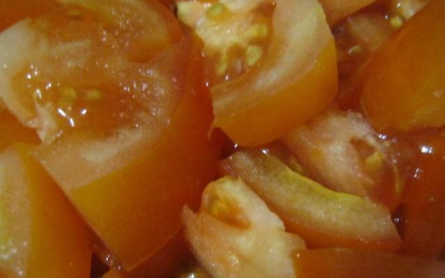 нарезать томат