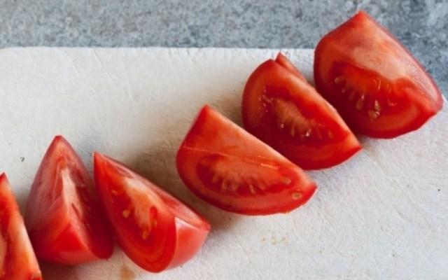 нарезать на четверти помидоры