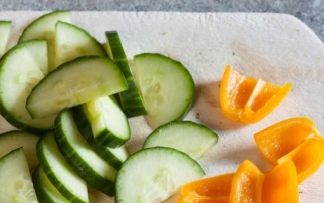 нарезать перец и огурцы