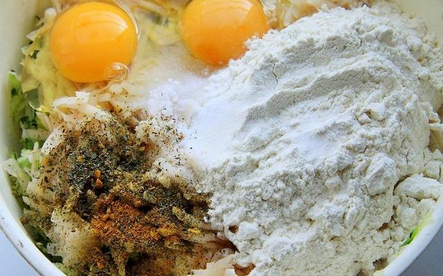 добавить яйца, муку, соль, специи