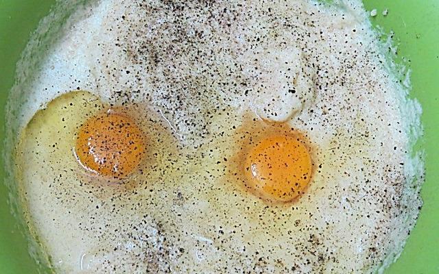 добавить яйца, соль, перец, сметану