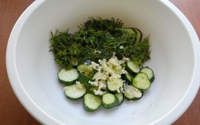 добавить рубленую зелень, измельченный чеснок