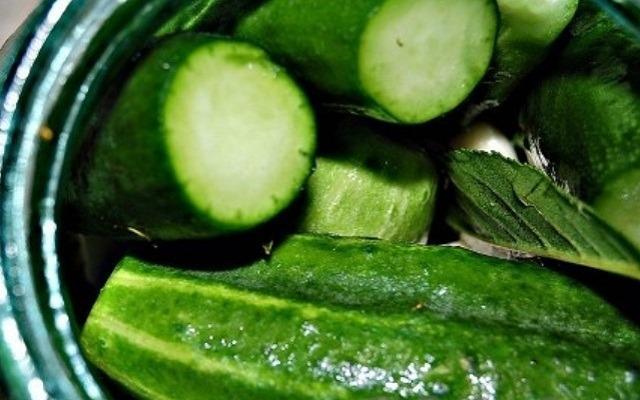 сложить овощи с зеленью в банку