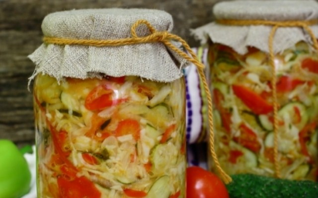 Огуречный салат с добавлением капусты на зиму