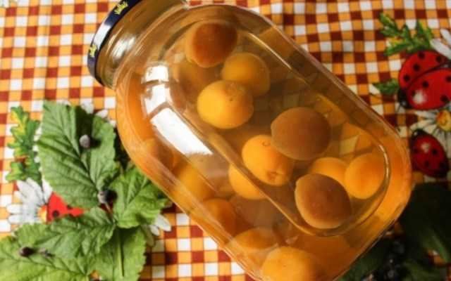 Компот из абрикосов с косточками на зиму