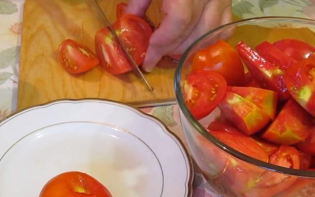 томаты режем
