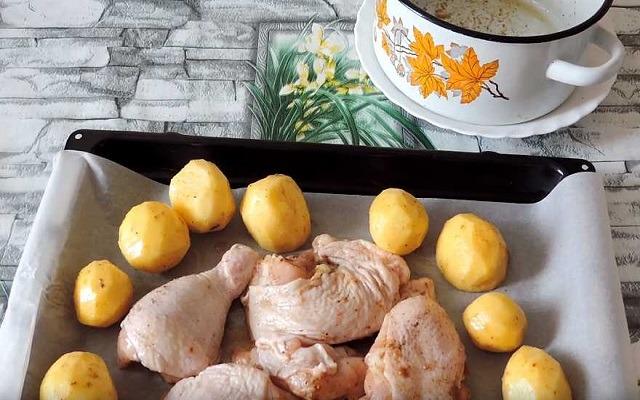 картошка с курицей на противне