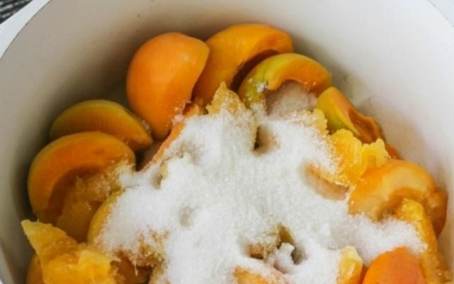 засыпать фрукты сахаром