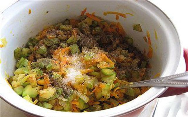 соединить всю овощную обжарку и варить час
