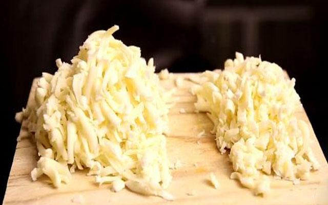 натереть сыр и разделить на 2 части