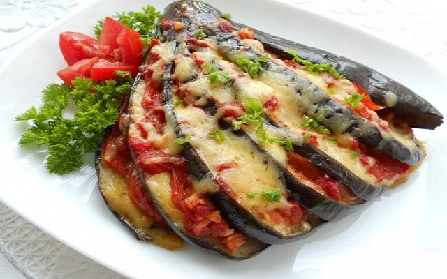Баклажаны фаршированные помидорами с сыром