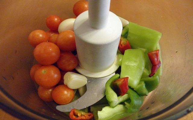 положить овощи в блендер