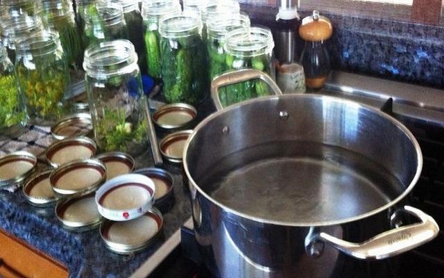 смешать в кастрюле воду с солью