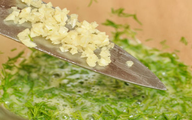 добавить чеснок и рубленую зелень