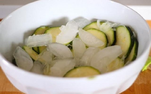 добавить к овощам кубики льда
