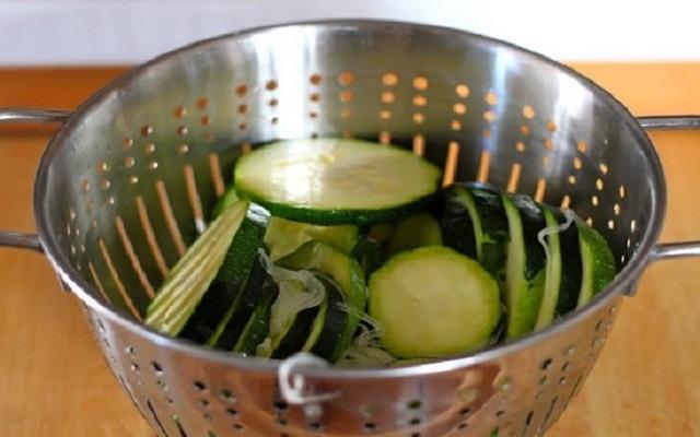 откинуть овощи на дуршлаг