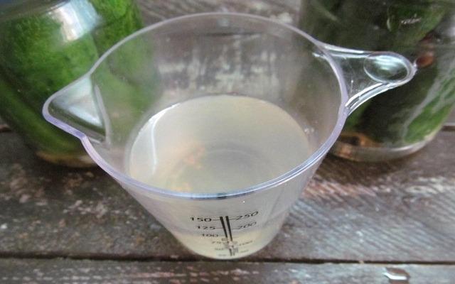 воду слить в мерный стакан