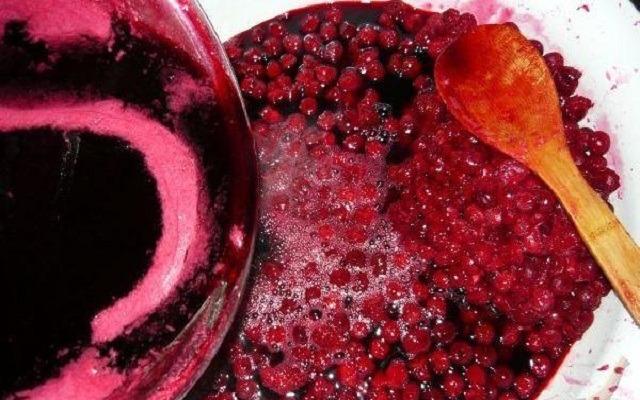 сироп перелить к ягодам