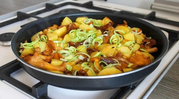 Как правильно и вкусно пожарить картошку с грибами на сковороде