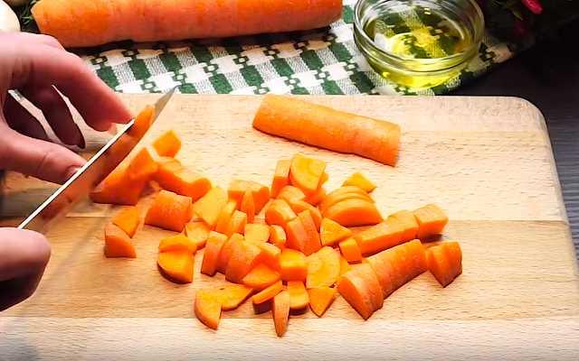 нарезать морковку