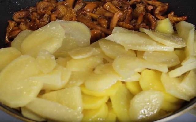 добавить картошку.