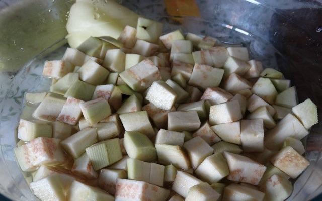 нарезать баклажаны, кабачки