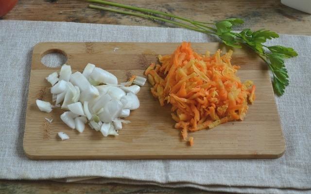 измельчить лук, морковь