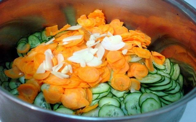 добавить морковь, чеснок