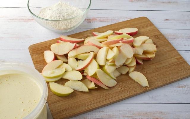 нарезать яблоки, взбить яйца