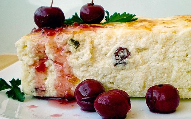 творожная запеканка с ягодами и сиропом
