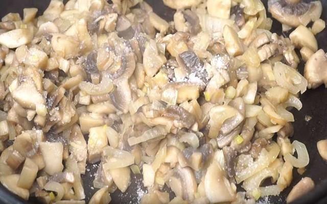 тушим грибы