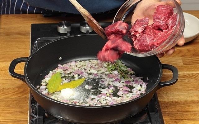 обжарить лук, добавить говядину